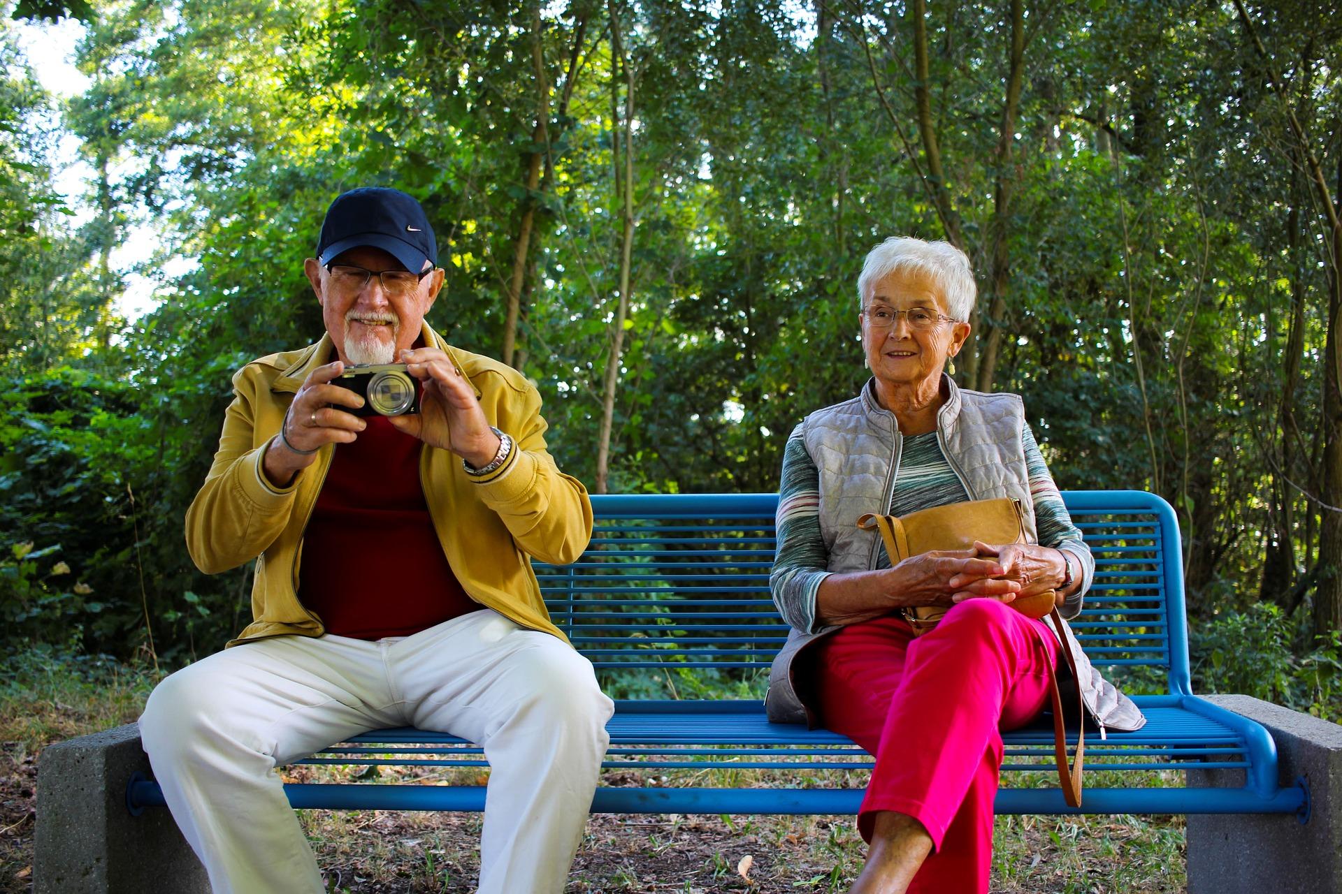 Una pareja de abuelos en el parque